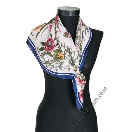 Дамски шал в екрю с цветя и тъмно син кант