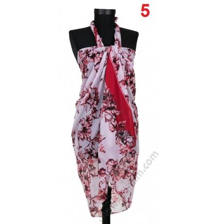 Плажен памучен шал в бяло с червени брокатени цветя